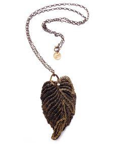 """COLLAR """"CARLES"""" Collar largo con hoja de encaje teñida en oro viejo , cadenas, bronce y pequeño cristal de swarovsky."""