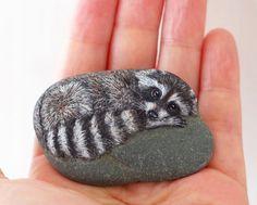 Akie Nakata artist Raccoon painted on rock. 3d Art Painting, Rock Painting Designs, Stone Painting, Stone Crafts, Rock Crafts, Painted Rock Animals, Painted Rocks, Raccoon Art, Raccoon Drawing