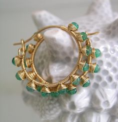 Γεια, βρήκα αυτή την καταπληκτική ανάρτηση στο Etsy στο https://www.etsy.com/listing/226420821/emerald-gold-filled-hoops-green-gemstone