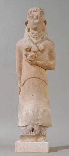 Stehende Frau mit Kantharos (Trinkgefäß); Zyprisch, Eisenzeit, archaisch, um 550 v. Chr. | Kunsthistorisches Museum Wien, Antikensammlung
