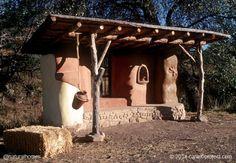 Edificios simples y bellos de balas de paja que se sostienen sobre muros de carga de piedra y revocados con arcilla. Más en www.naturalhomes.org/es/homes/canelobusstop.htm