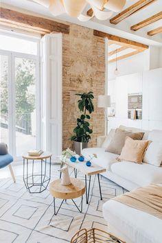 Grinzi de lemn și cărămidă expusă într-un apartament mediteranean | Jurnal de Design Interior Patio Interior, Apartment Interior, Interior Design, Chandelier In Living Room, Living Room Decor, Living Rooms, Living Spaces, Relax House, Spanish Apartment