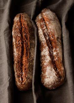 Esta receta de pan me tiene enamorada por completo, he perdido la cuenta de las veces que la he hecho y es que es pan para nivel de principiante como yo. Con unos cuantos trucos, tras hornearlo, te crees ¡Hasta panadero! Hace varios meses que decidí, siempre que pudiese y dispusiese de tiempo, preparar el … Pan Bread, Bread Cake, Real Food Recipes, Cooking Recipes, Mexican Bread, Types Of Bread, Pan Dulce, Breakfast Cake, Artisan Bread