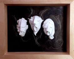 Opéra. 3 sculptures en argile blanche sur fond noir.Cadre en merisier, fait main.