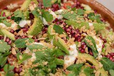 Bulgur is de voedzame basis voor een veggie salade met veel verse groenten, kruiden en de sappig omhulde pitjes van een granaatappel. Een simpel en fris sausje op basis van plattekaas zorgt voor wat smeuïgheid. Bulgur is een product om te ontdekken. De gestoomde en gedroogde brokjes tarwe gaar je bij voorkeur in bouillon.
