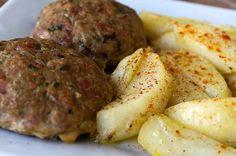 Μπιφτέκια με πατάτες στον φούρνο. Λατρεμένη συνταγή του ελληνικού τραπεζιού Sausage, Potatoes, Meat, Vegetables, Ethnic Recipes, Food, Sausages, Potato, Essen