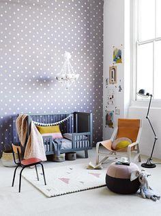 Kinderzimmer mit Punkte-Tapete im Retro-Stil