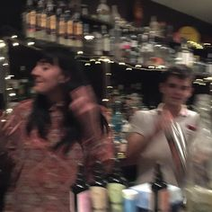 @siobhancfeeley showing our latest recruit Eliot how to perfect his shake face @aperitivo_oc cocktail staff training #TheOC #TheOliverConquest #lovegin #ourlittlehouseofgin #Negroni #Martini #Cocktails #Aperitivo #E1 #aldgate #aldgateeast #whitechapel #towerbridge #towerhill by lovegin_theoliverconquest