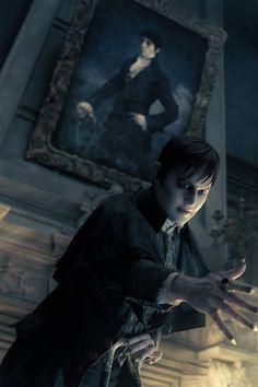 Sombras tenebrosas. Tim Burton, 2012.  Barnabas Collins (Johnny Depp) delante de su retrato de estilo Romántico propio de su ëpoca.