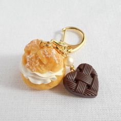 シュークリームとハートチョコのキーホルダー Cute Polymer Clay, Polymer Clay Creations, Candy Jewelry, Cute Jewelry, Clay Keychain, Baby In Pumpkin, Clay Miniatures, Clays, Air Dry Clay