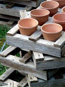récup cagette et pot  - recycled pallet and plant pots. <3 it!