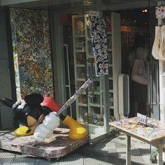 Il mio negozio preferito a #Shimokitazawa! #onlyinjapan #Giappone #Japan #travel #viaggio #amazing #YouTube #vlog #travelblogger #travelvlogger #photooftheday #photography #japantrip #turismo #sugoi #kawaii #shop #shopping #stiker #pin #design #art