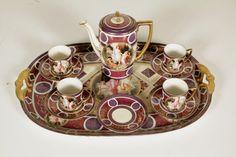 Composto da vassoio di servizio, 4 tazzine con piattini e caffettiera. Decoro in stile viennese di fine '800.