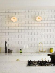 marmorbänk, kopparkran, vita luckor, vitt och koppar, vitt kakel