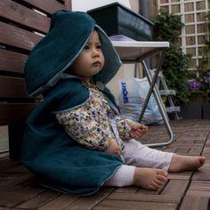 La luxueuse petite cape à capuche de ma fille pour les fêtes johanniques :)  https://enattendantbb.com/2016/07/01/une-cape-medievale-pour-une-jolie-demoiselle/#more-1694