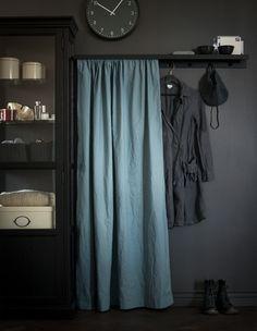 O poliţă pentru fotografii fixată cu faţa în jos sub forma unei poliţe pentru haine DIY cu butoni fixaţi şi un material textil care să ascundă dezordinea