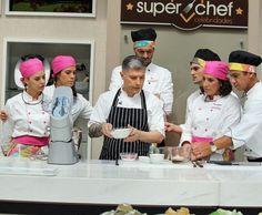 Chef Flavio Federico ensina participantes a fazerem uma massa (Foto: Priscilla Massena/Gshow)