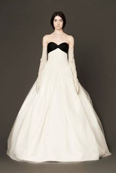 Abito da sposa bianco con top nero - FOTO