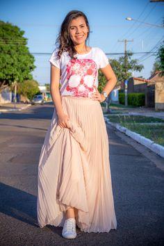 saia plissada + t-shirt caveira + tênis