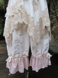 Vintage Kitty bloomies.. short bloomers.. gorgeous embroidered linen, ecru offwhite floral.. embroidery anglais.. MED/XL