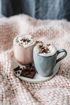 Vegan hot chocolate by .husemann 🍫Recipe: of plant based milk, 1 tbsp cocoa powder, 1 tbsp of vegan chocolate, 1 tsp of maple syrup, 1 tsp of cinnamon and optional: topping with whipped coconut cream or soy cream. Coffee Love, Coffee Break, Coffee Cup, Cozy Coffee, Coffee Drinks, Hygge, Momento Cafe, Café Chocolate, Christmas Hot Chocolate