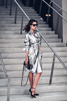 Winter coats from Paris Fashion Week offer unique colors, trendy patterns, and metallic touch for an eye-catching look. Fashion 2017, Paris Fashion, Fashion Trends, Cool Street Fashion, Street Style, Louis Vuitton Bags, Viva Luxury, Estilo Blogger, Fashion Blogger Style