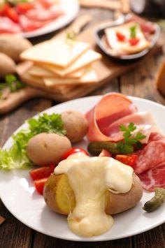 Découvrez les astuces d'Émeline pour alléger votre raclette et partir à la chasse aux calories ! 🧀🙅♀️  #raclette #light #minceur #healthyfood #healthy #alimentation #plaisir #bienmanger #sain #naturel #fromage #cheese #miam #yummy #food #instafood #pommedeterre #charcuterie #végétarien #conseil #astuce #raclettelight #wecook Fromage Cheese, Calories, C'est Bon, Charcuterie, Eggs, Breakfast, Food, Being Healthy, Eating Well