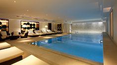 Bienvenue à la piscine de l'hôtel. Un plongeon ?  #MajesticHotelAndSpaParis #LesHotelsBaverez #Pool