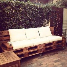 Recycled Pallet Sofa with Wheels - 30 DIY Pallet Furniture Projects Pallet Furniture Cushions, Wooden Pallet Furniture, Wood Sofa, Diy Furniture Projects, Diy Pallet Projects, Recycled Furniture, Wooden Pallets, Pallet Wood, Porch Furniture