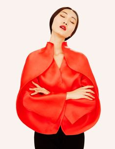 Uno de los nombres clave de la moda española que surgió en los años 80 y que andaba mediáticamente perdido en el tiempo y en el espacio, Sybilla, ha vuelto a la vida. Tras haber recuperado el contr…