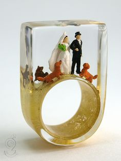 Marry me – romantic lovers ring with a bridal couple and three dogs on a golden ring made of resin   ///// © Isabell Kiefhaber www.geschmeideunterteck.de
