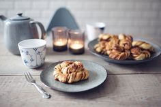 Saftige kanelsnurrer - Christina Dueholm Sticky Buns, Pretzel Bites, Cinnamon Rolls, Waffles, Sweet Tooth, Food And Drink, Cooking Recipes, Sweets, Breakfast