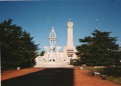 Laprida. Edificio municipal y fuente en la plaza estilo Art-Decó diseñada en el año 1937 por el Arquitecto Salamone.Buenos Aires, Argentina.