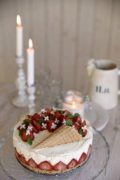 Kodin Kuvalehti – Blogit | Ruususuu ja Huvikumpu – Raparperi-valkosuklaajuustokakku valmistuu helposti vaikka mökillä. Mansikan, raparperin ja valkosuklaan liitto on täydellinen! Finland Food, Just Eat It, Sweet Pastries, Sweet And Salty, Yummy Cakes, No Bake Cake, Cupcake Cakes, Cake Decorating, Sweet Treats