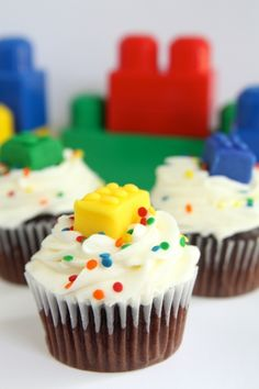 Make some LEGO cupcakes for your LEGO fan or for a LEGO birthday party. These fun ideas include tutorials and recipes to make your own cupcakes at home. Ninjago Cupcakes, Lego Cupcakes, Cupcakes For Boys, Birthday Cupcakes, Cupcake Cakes, Party Cupcakes, Lego Themed Party, Lego Birthday Party, Birthday Boys