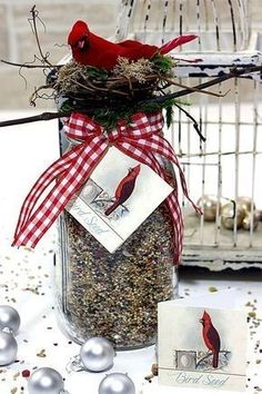 Homemade Gift for Bird Lovers - Tutorial. Such an EASY HANDMADE GIFT IDEA! Today we have a quick and easy DIY Bird Seed with Free Printable Tags for you. It makes such a wonderful gift for that special Natural Lover in your life! Valentines Bricolage, Valentines Diy, Diy Simple, Easy Diy, Best Gift Baskets, Easy Handmade Gifts, Handmade Crafts, Cute Diy Projects, Free Printable Tags