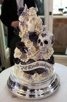 Skull wedding cake horror cake #Halloweenwedding