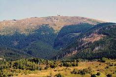 """Mnohými legendami opradený vrch dostal zvláštny prívlastok """"strecha Slovenska"""". Okrem Čierneho Váhu totiž na svahoch rozložitého masívu pramenia a na rôzne svetové strany stekajú aj ďalšie významné slovenské toky. Grand Canyon, Mountains, Nature, Travel, New Years Eve, Naturaleza, Viajes, Trips, Off Grid"""