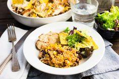 Recept voor mexicaanse rijstschotel voor 4 personen. Met zout, water, olijfolie, peper, kipfilet, tortillachips, slamelange, rijst, maïskorrels, kidneyboon, paprikapoeder, tomatenpuree en geraspte kaas