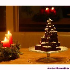 Weihnachtsbaum-Kuchen - veganer Weihnachtskuchen  Der Weihnachtsbaum-Kuchen ist ein Schokoladen-Bananenkuchen, mit dem man Veganer zu Weihnachten glücklich machen kann vegetarisch vegan laktosefrei Kakao, Desserts, Food, Delicious Vegan Recipes, Christmas Tree Cake, Chocolate Cakes, Vegans, Christmas, Tailgate Desserts
