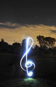 photo has been taken by long exposure at sunset. using a torch to design the musical note Photography Classes, Night Photography, Creative Photography, Art Photography, Photography Office, Motion Photography, Japanese Photography, Photography Business, Street Photography