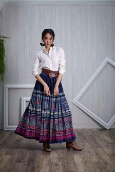 Thai Fashion, Vogue Fashion, Thai Traditional Dress, Traditional Outfits, Navratri Dress, Skirt Fashion, Fashion Outfits, Thai Dress, Contemporary Dresses