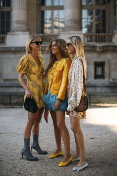 Attendees at Paris Fashion Week Spring 2019 - Street Fashion Vogue Fashion, Girl Fashion, Style Fashion, Ootd Fashion, Paris Fashion, Colourful Outfits, Trendy Outfits, Best Summer Dresses, Street Style 2018