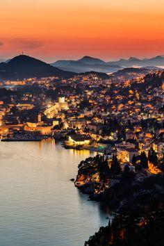 Dubrovnik o Ragusa es una ciudad costera localizada en la región de Dalmacia, en la República de Croacia.