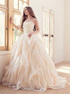 ドレスのスカートは、部分的にバラのお花のようにみえる デザインが大人可愛いウェディングドレスでとっても素敵です! 国内生地にフランス製のレースやビーズなどを使用した、新ブランド【Anellita】(アネリッタシリーズ)