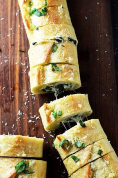 Spinach and Artichoke Dip Stuffed Garlic Bread. It tastes even better than you're imagining. [OC] x Spinach Artichoke dip filled garlic bread. It tastes even better than you imagine. Yummy Appetizers, Appetizers For Party, Appetizer Recipes, Avacado Appetizers, Prociutto Appetizers, Elegant Appetizers, Mexican Appetizers, Bread Appetizers, Halloween Appetizers