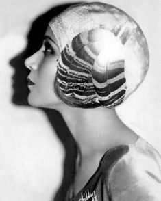 Dolores Del Rio was a Mexican film actress and the first Mexican actress to gain international success. Vintage Glamour, Vintage Beauty, Vintage Fashion, 1900s Fashion, Louise Brooks, Classic Hollywood, In Hollywood, Vintage Hollywood, Hollywood Fashion