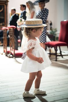 Chicest flower girl EVER? We just love her style! 😍 Shared by Baby Girl Fashion, Kids Fashion, Wedding With Kids, Wedding Ideas, Love Her Style, Kind Mode, Beautiful Bride, Dress Patterns, Baby Dress
