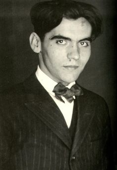 Federico García Lorca - Spanish poet and dramatist, a talented artist and a member of the 'Generation of a gr. Dante Alighieri, Cthulhu, Barbara Garcia, Water Drawing, Writers And Poets, Book Writer, Portraits, Playwright, Jolie Photo