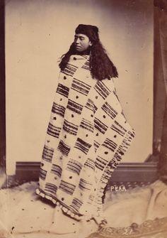 Peata daughter of Taurau, Chief of Whangarei Pulman Studio (Active 1867 – Albumen photograph Circa 1880 Size: 15 x cm. Polynesian People, Maori People, Maori Designs, Maori Art, Tribal Art, Old Photos, New Zealand, Weaving, Daughter